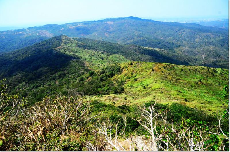 門馬羅山山頂西北望赤牛嶺及其連稜
