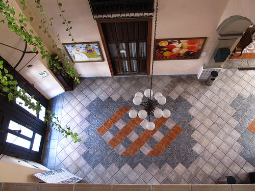 Merida: entrée de notre hôtel colonial et exposition de peintures de la grande peintre mexicaine Frida Kahlo
