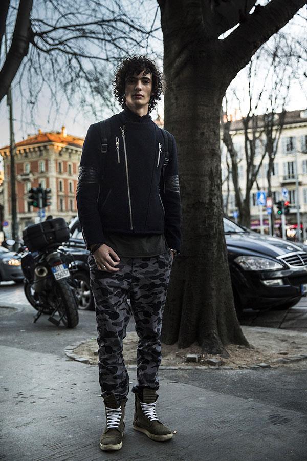 黒メルトンライダースジャケット×迷彩パンツ×オリーブブーツ