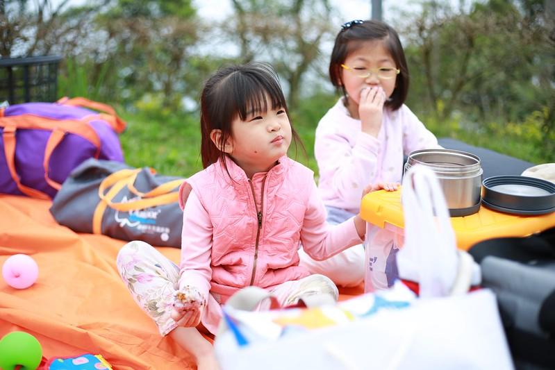 寶妹和妍妍一起吃飯糰