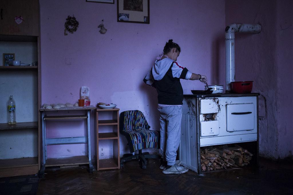 Miután elég világos lett a gyűráshoz és a főzéshez, reggelire olajban sült vakaró készül Teriéknél | Fotó: Magócsi Márton