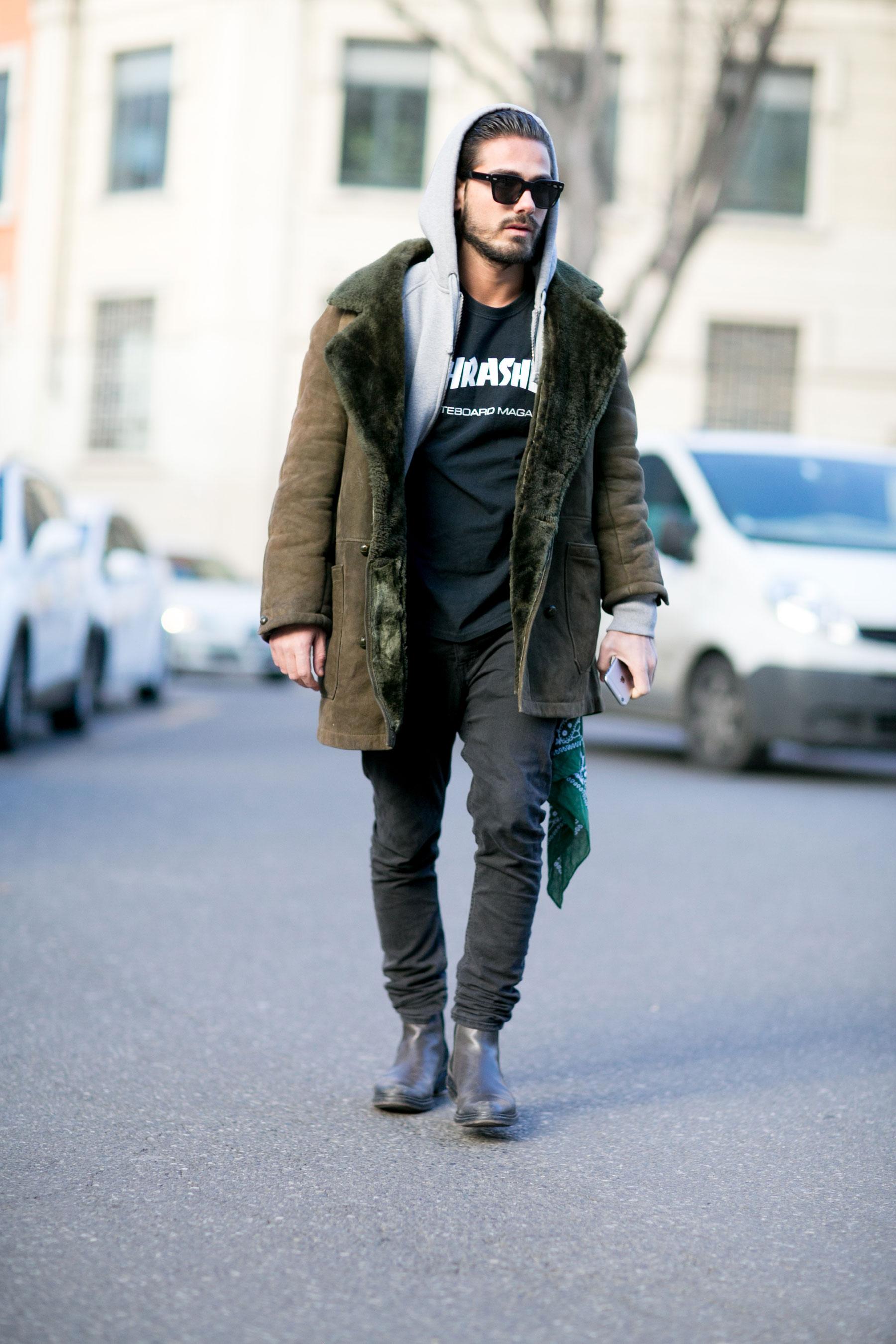 ムートンコート×グレージップアップパーカー×黒THRASHER Tシャツ×ブラックジーンズ×サイドゴアブーツ