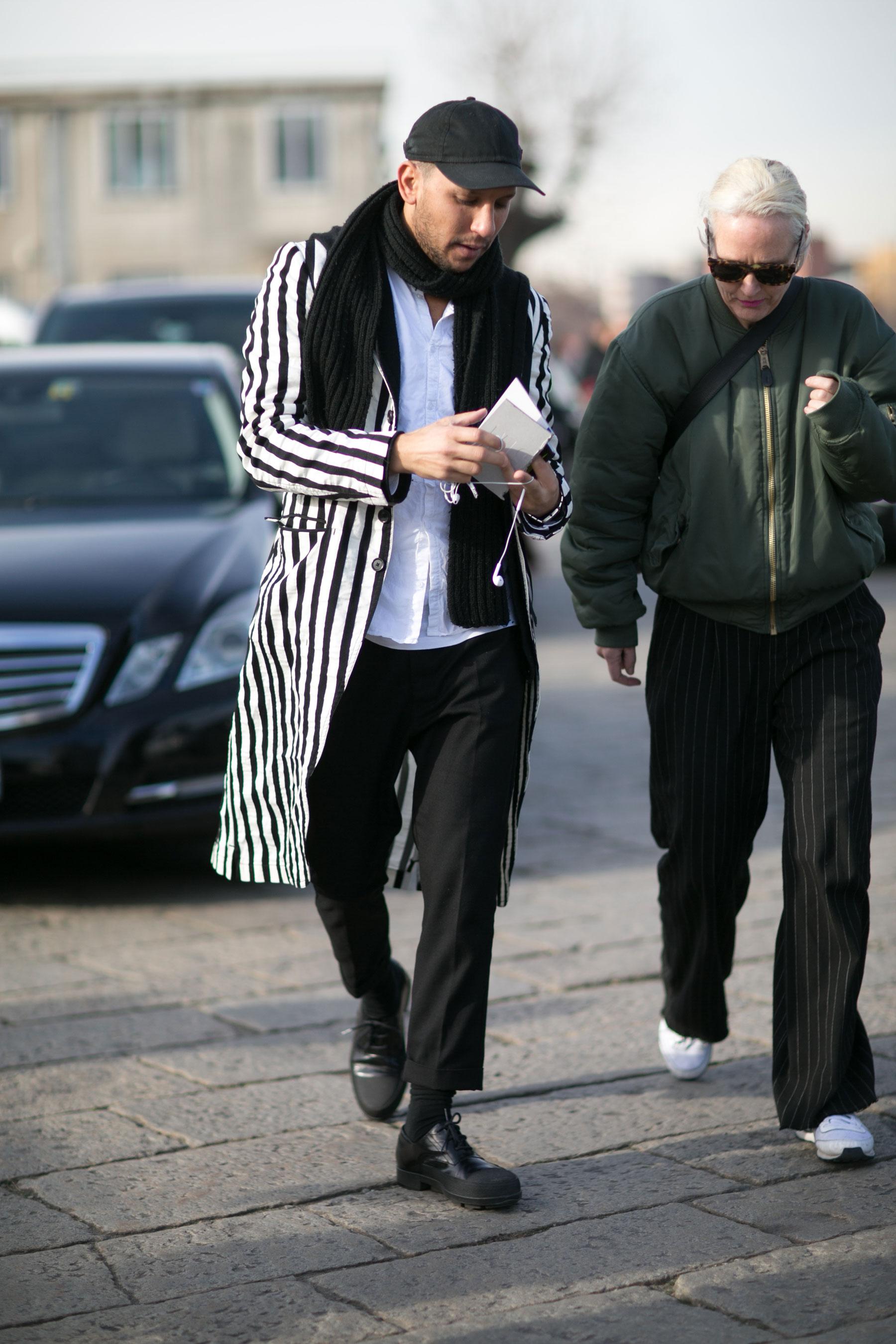 黒キャップ×黒マフラー×黒白ストライプチェスターコート×白シャツ×黒スラックス×黒ダービーシューズ