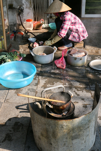 A woman cooking in a back street in Hanoi old city, Vietnam ハノイ旧市街、路地裏でご飯準備中の女性