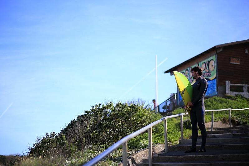 surfer-regardant-la-mer