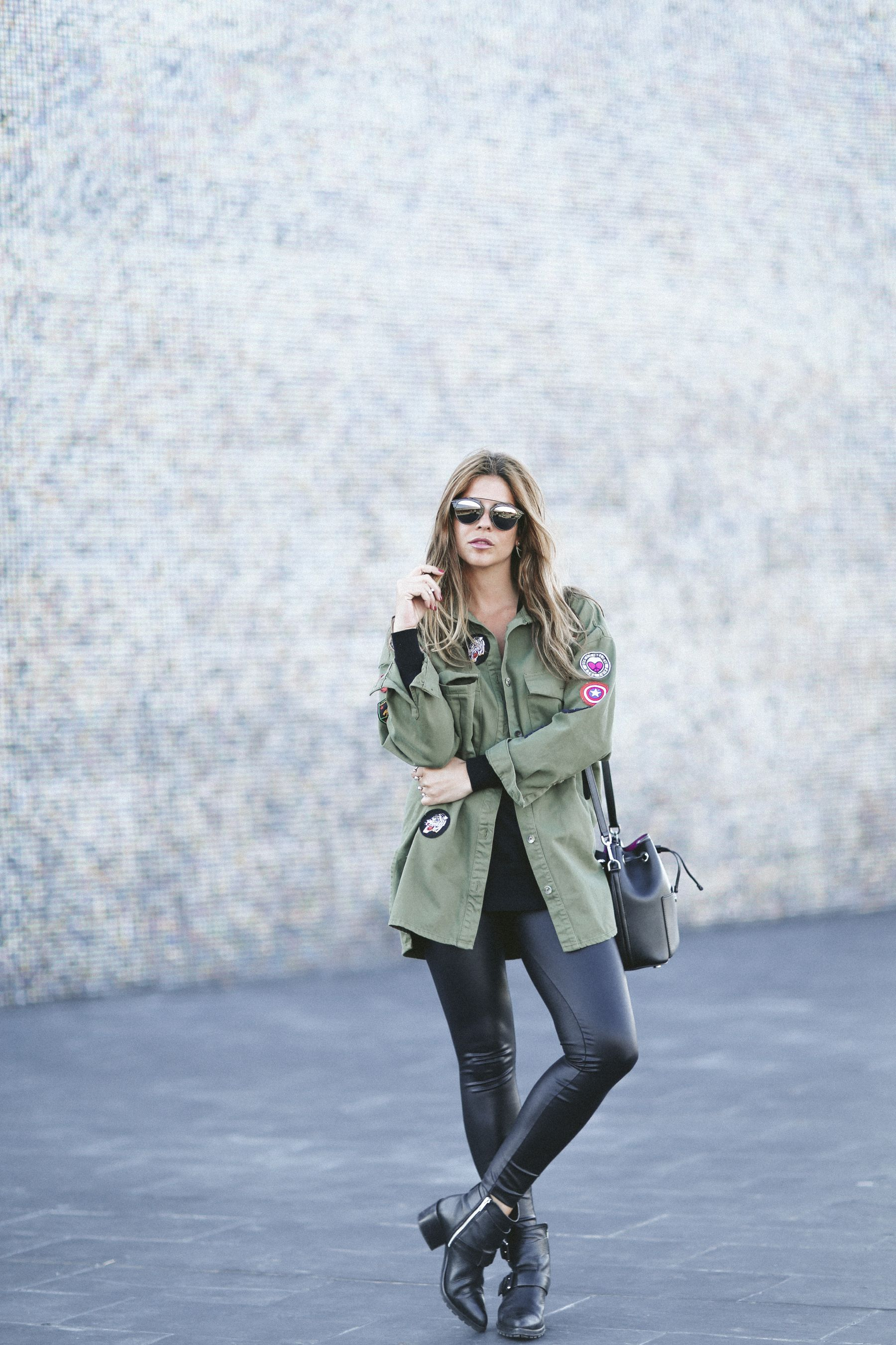 botas boots outfit look primavera spring camisa mango cuero leather leggings boyfriend oversize  Rayban gafas de sol sunglasses street style trendy taste bolso bag michael kors pull and bear parka zara jersey sweater_4