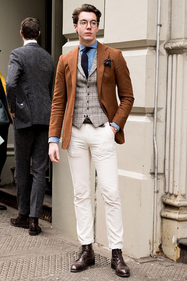 ブラウンテーラードジャケット×シャンブレーシャツ×紺ソリッドタイ×チェックジレ×白パンツ×ブラウンカントリーブーツ