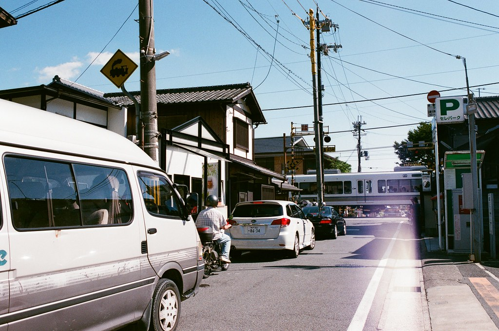 野宮神社 嵐山 Kyoto Japan / AGFA VISTAPlus / Nikon FM2 從另外一頭的竹林出來,我聽著火車的聲音走,但老實說我不知道原來這附近有車站(但或許只是鐵道沿線)  那天天氣很熱,有點熱到在找販賣機,沿著指標走回嵐山熱鬧的那條大街。  我想起了,我還有找地方寫明信片,但現在有點想不起來明信片的樣式了。  Nikon FM2 Nikon AI AF Nikkor 35mm F/2D AGFA VISTAPlus ISO400 0990-0028 2015-09-28 Photo by Toomore