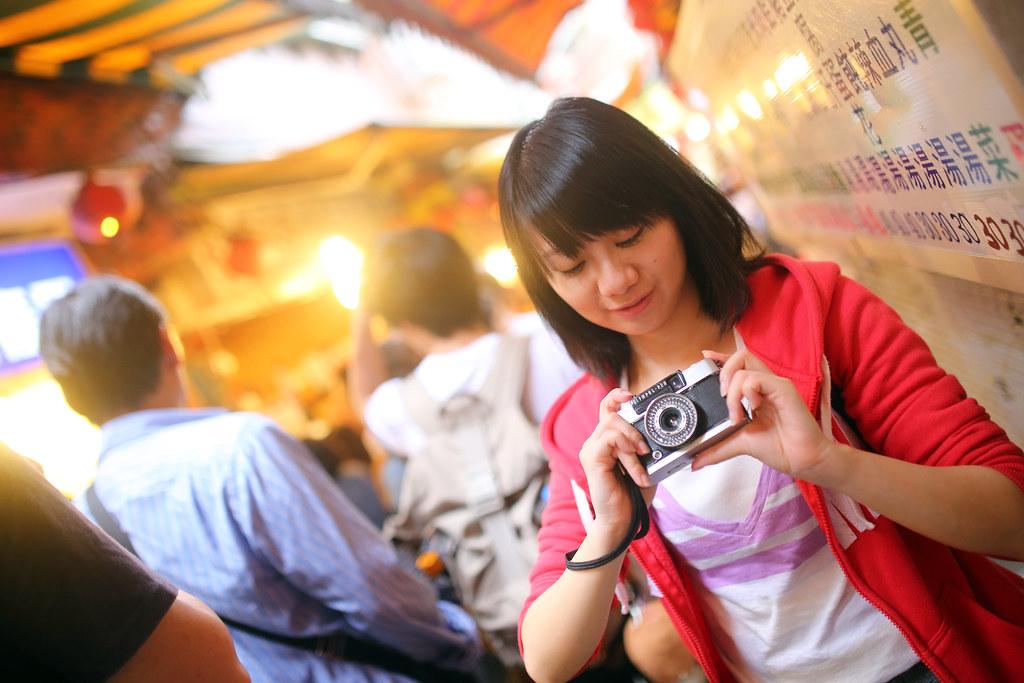 九份 Taipei, Taiwan / Sigma 35mm F1.4 / Canon 6D 妹妹手上拿的是 Olympus Pen 半格機,之前大學的時候有拍過一次,後來就把相機還人了,也就沒玩過半格機。妹妹說網路上有很多人在出售這台,那我也要來找看看,買一台來拍!  妹妹那時候有問我說我好像很喜歡拍歪歪的畫面,有點結巴說不出來,因為被發現了。拍拍的方方正正好像也可以,只是想要嘗試看看這樣隨意歪斜的效果。因為正正的拍,左邊的人潮有點像是從上方壓下去往後,畫面有點重。  歪斜一邊,會感覺是從左下方湧出來,右邊的妹妹也有比較高一點的感覺,所以才會這樣拍。  Canon 6D Sigma 35mm F1.4 DG HSM Art IMG_7834 2016/05/01 Photo by Toomore