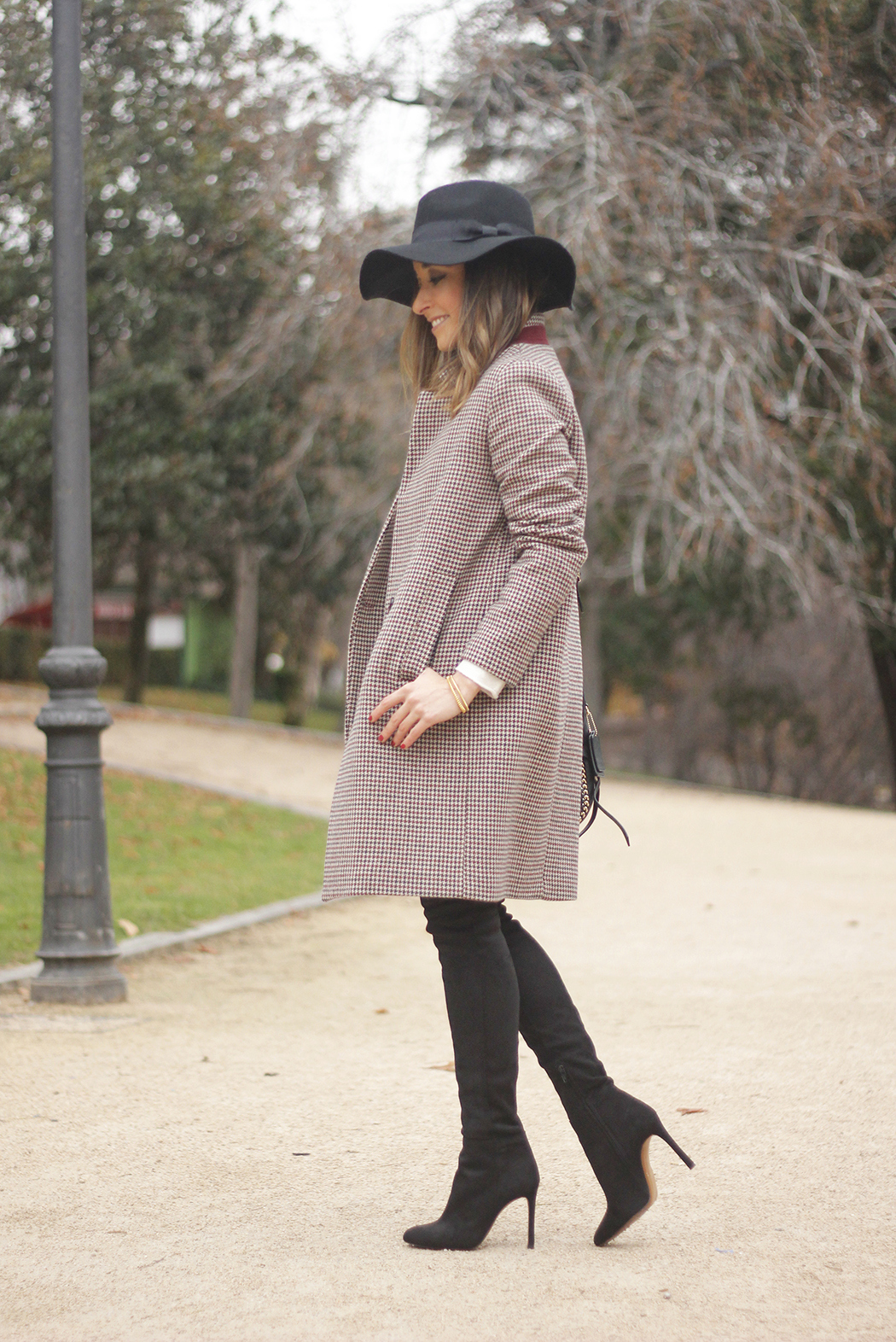houndstooth coat, white sweater, over the knee boots, black hat, outfit, style, jeans03
