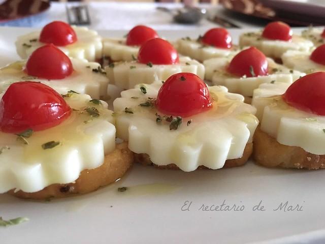 canapes de queso de cabra con tomate