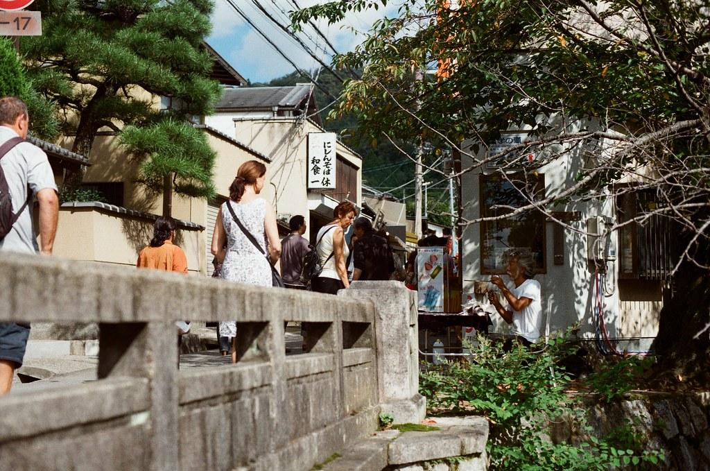 銀閣寺前 Kyoto / Kodak ColorPlus / Nikon FM2 2015/09/27 銀閣寺前,走到這裡的時候我肚子餓了,我又去吃 2015 年來銀閣寺時吃的食堂,想看看過了半年後有沒有什麼不一樣的地方。  那時候邊吃邊想這半年來發生的事情,想著下一個半年會是多久,雖然時間過的很快,但是在那個時候的每一天都過的很漫長,一直很想快點快轉到未來。  現在還在分享不合時宜的照片說來有點慚愧!  Nikon FM2 Nikon AI Nikkor 50mm f/1.4S Kodak ColorPlus ISO200 0986-0022 Photo by Toomore