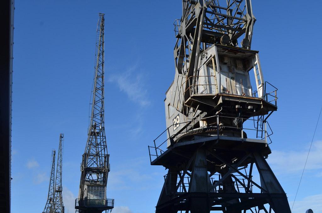 Harbourside : Grues du port de Bristol devant le musée de la ville, le M-Shed.