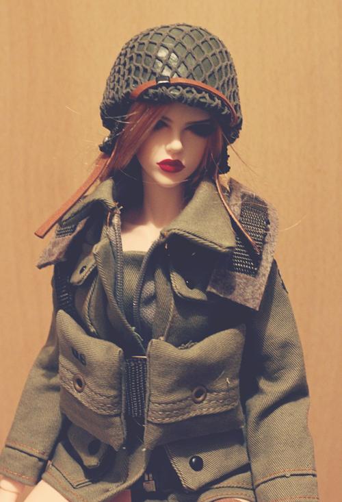 (Raccoon doll Lucy) Pinup militaire: veste, bottes, casque 25646241313_893342da9e_o