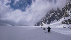 Zjazd lodowcem Vedretta di Scerscen - Albert. W tle przełącz Fuorcla Fez Scerscen 3092m.