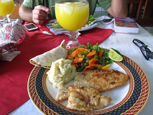 Flores: filet de poisson , purée et orangeade (du jus d'orange et de l'eau)