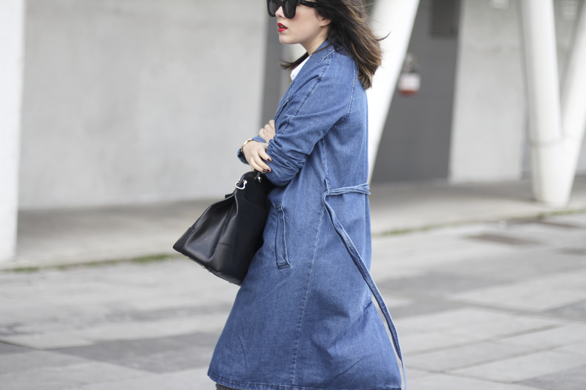 look with denim trench and piper furla streetstyle