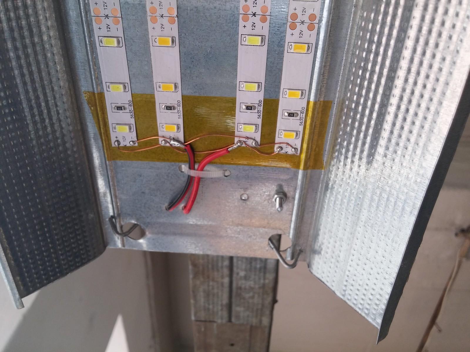 Dirbtuvių darbo vietas apšviečia LED šviestuvai padaryti iš gipskartonio profilių ir kinietiškų LED'ų.