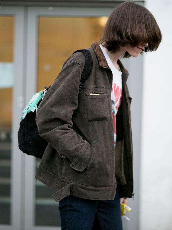 コーデュロイ襟のグレーワークジャケット×Tシャツ×デニムパンツ