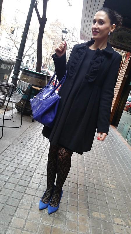 Elegancia, LBD, little black dress, elegante, medias estampadas de flores negras, moño, azul klein, zapatos, bolso, pendientes de lágrima, elegance, elegant, black flowered stockings, bun, klein blue, shoes, bag, teardrop earrings, Massimo Dutti, Calzedonia, Zara, Furla, Swarovski, Tintoretto