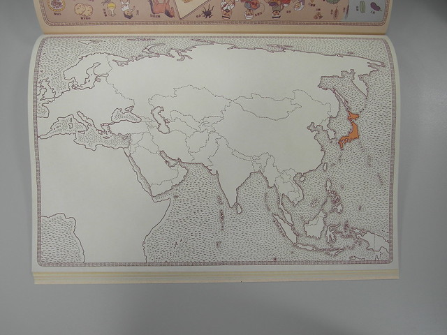 通常一頁會先出現特定國家地圖,再翻到下一頁就是該國在洲裡的位置(前一頁是日本地圖)@地圖(MAPS),小天下出版