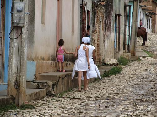 Trinidad: suivant un rituel afro-cubain de purification, certaines femmes ne s'habilent qu'en blanc pendant un an (accessoires compris)