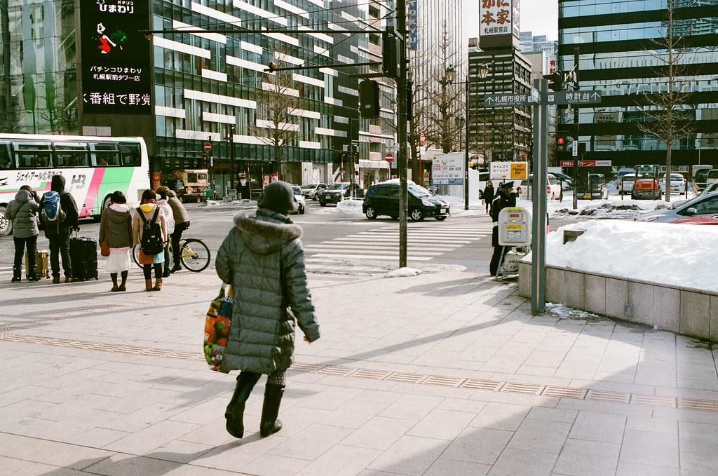 札幌 北海道 Sapporo, Japan / AGFA VISTAPlus / Nikon FM2 2016/01/31 從札幌車站南口出來後,往大通公園的方向走,那時候走在地面上,真的感覺到好冷,走了一段後有點受不了,看到有地下街的入口我就走下去底下取暖。  一路上走走拍拍,看看這裡的人怎樣在雪地上走路。  路邊的販賣機上頭都堆滿了雪,好特別!  Nikon FM2 Nikon AI AF Nikkor 35mm F/2D AGFA VISTAPlus ISO400 8264-0016 Photo by Toomore