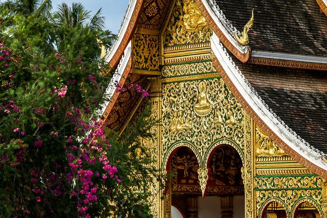 Wat Mai Suwannaphumaham with Bougainvillea, Luang Prabang, laos ルアンパバーン、ワット・マイ・スワナプーマハムとブーゲンビリア