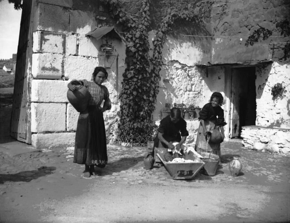 Jóvenes junto a la Puerta del Vado hacia 1910. Fotografía de Pedro Román Martínez.