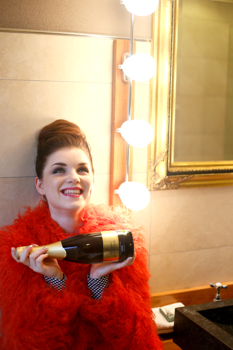 Happy New Year!, happy new year, jaarwisseling, new year's eve, groot warnsborn, landgoed hotel groot warnsborn, faux fur, faux fur coat, faux fur jas, red faux fur, asos, champagne, cava, weekday, sarenza, metallic laarzen, zilveren laarzen