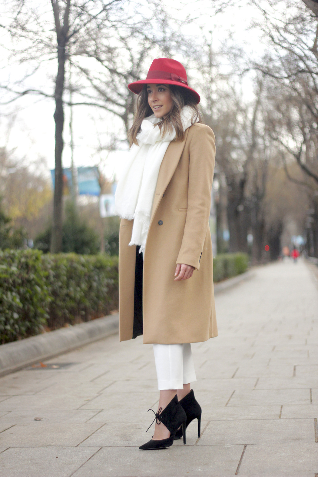 Camel Coat Red Hat Black Heels White pants streetstyle outfit21