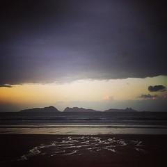 Tras una mañana intensa en el @txokosurfclub , una comida con buenas vistas y mejor compañía y una tormenta de fuerza inusitada, llega la calma. El mar revuelto, el cielo contradictorio y las islas Cíes testigos de nuestras idas y venidas. #patos #Nigrán