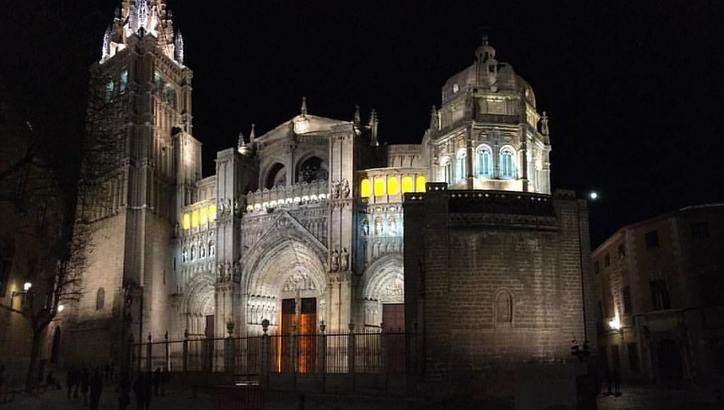 Anoche fue especial, Toledo tiene algo que le hace diferente. Su Catedral primada de España, engalanada una noche de primavera, una noche de miércoles santo. #architecture #urban #building #streetscape #streelight #streetphotography #citylife #town #beaut