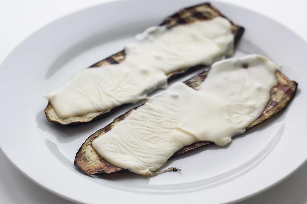 Grillet aubergine med smeltet ost og tomatsalsa (18)