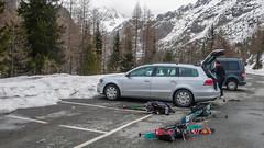 Przepakowanie samochodu przed przejazdem na południową stronę Berniny.