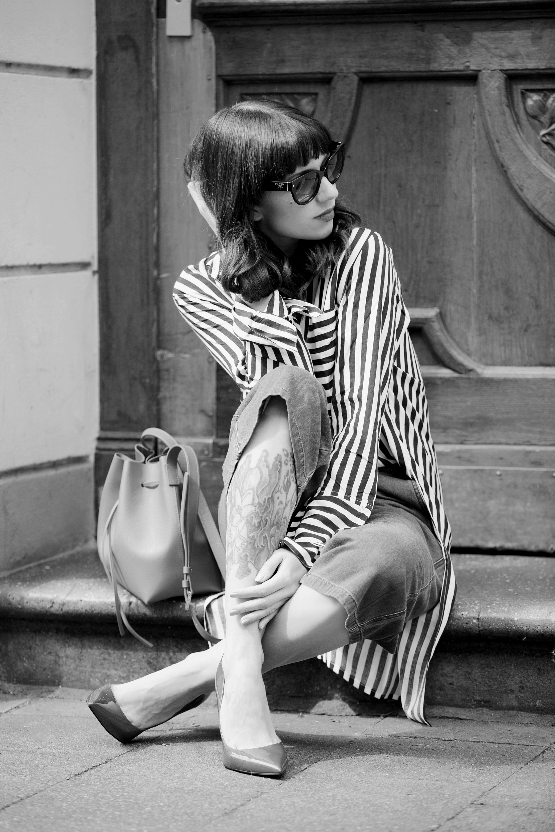francaise chic striped outfit ootd look of the day lookbook love pretty parisienne outfit denim culottes vero moda edited striped shirt lancaster paris bucket bag prada mister spex sunglasses pumps cats & digs fashionblog ricarda schernus modeblog 1