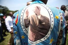 """Province de l'Ituri, RD Congo. Un homme revêt une chemise à l'effigie de Patrice Lumumba, l'une des principales figures de l'indépendance du pays et considéré comme le premier """"héros national"""" de la RD Congo."""