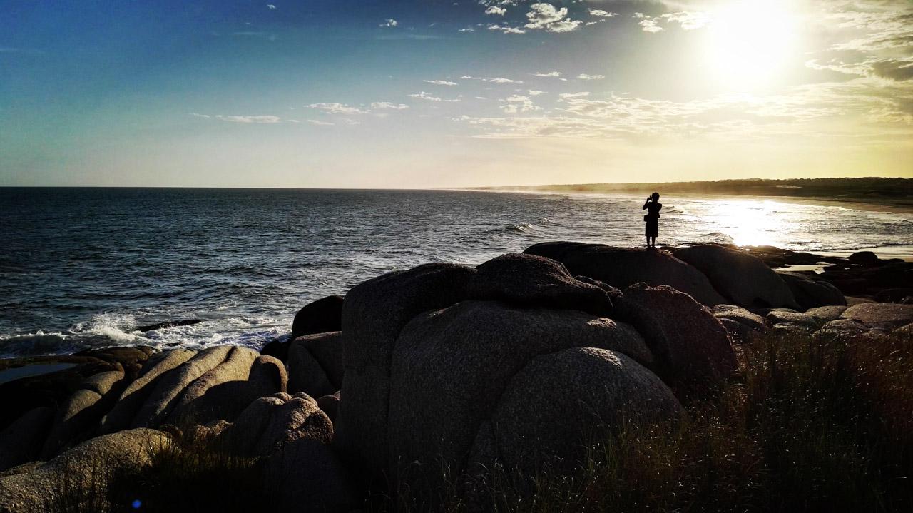 Un fotógrafo aprovecha la posición más alta de la playa para llevarse un recuerdo de la hermosa playa de Santa Maria, en Punta del Diablo. (Fotografía tomada con un smartphone Huawei P8, Elton Núñez)