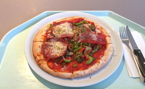 Ofen-fresh pizza with salami, bell pepper & mushrooms / Ofenfrische Pizza mit Salami, Paprika & Champignons