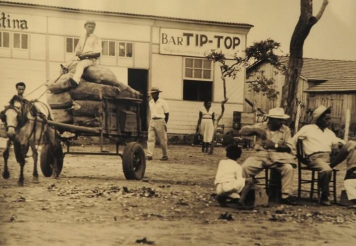 Também havia muitos bares, pois toda guerra tem seu dia de papa. Fotografia: Arquivo Público do Distrito Federal, ArPDF.