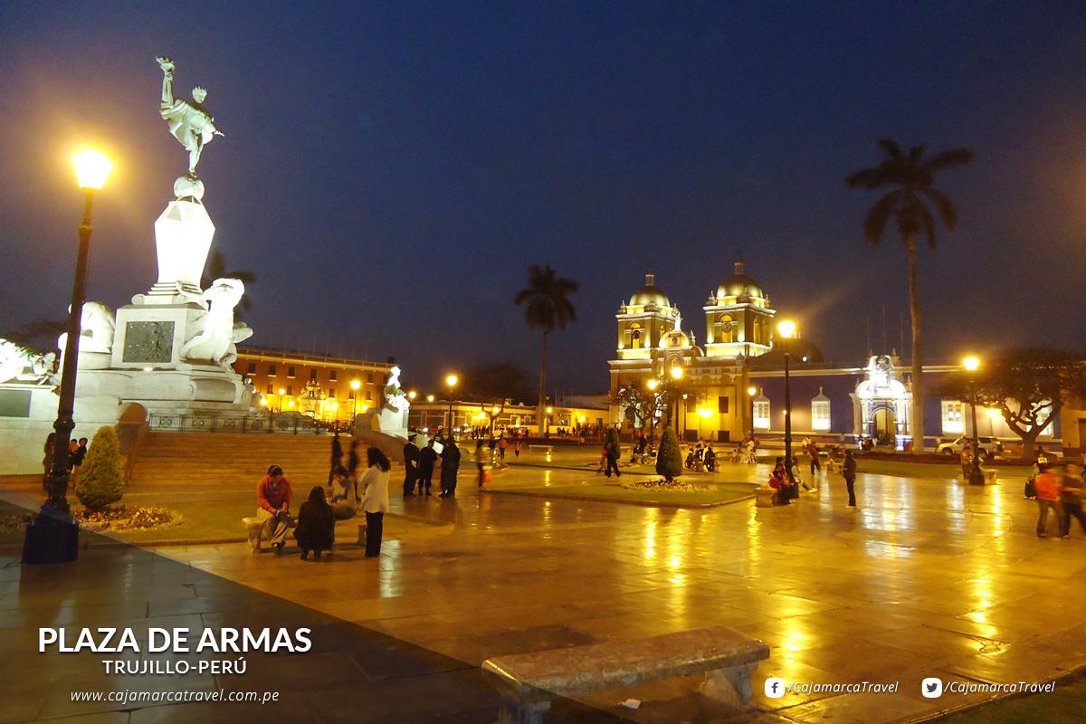 Rodeada por la Catedral, varios palacios, casonas virreinales y republicanas.
