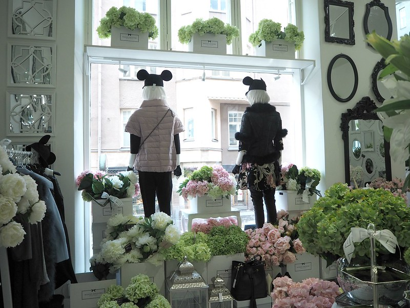 maisonhelsinkiP2238226,maisonhelsinkiP2238214, maison helsinki boutique, sisustuskauppa, sisustusliike, decoration shop, boutique, helsinki, maison helsinki, korkeavuorenkatu, hortensia, lilja, pioni, kukat, flowers, artificial flowers, tekokukat, sisustus, decoration, helsinki vinkit, helsinki tips, ostokset, shopping, inspiration, visit helsinki, shop ideas, unique boutique, vases, mirrors, maljakot, peilit, sisustustavarat, lifestyle kauppa, valkoinen, vihreä, pinkki, hopea, silver, white, green, pink, pale pink, pale green, lillies, pionies,