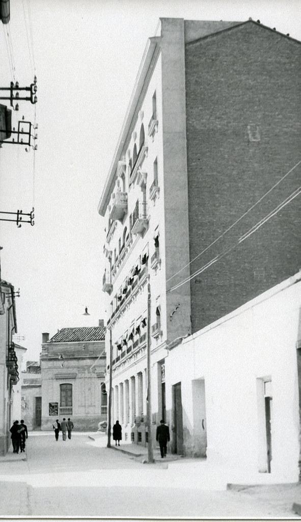Photo-Art Garrorena Calle del tinto Años 50. Cruces con Marqués de Villores y Rosario. Al fondo, el colegio de Santiago Apóstol