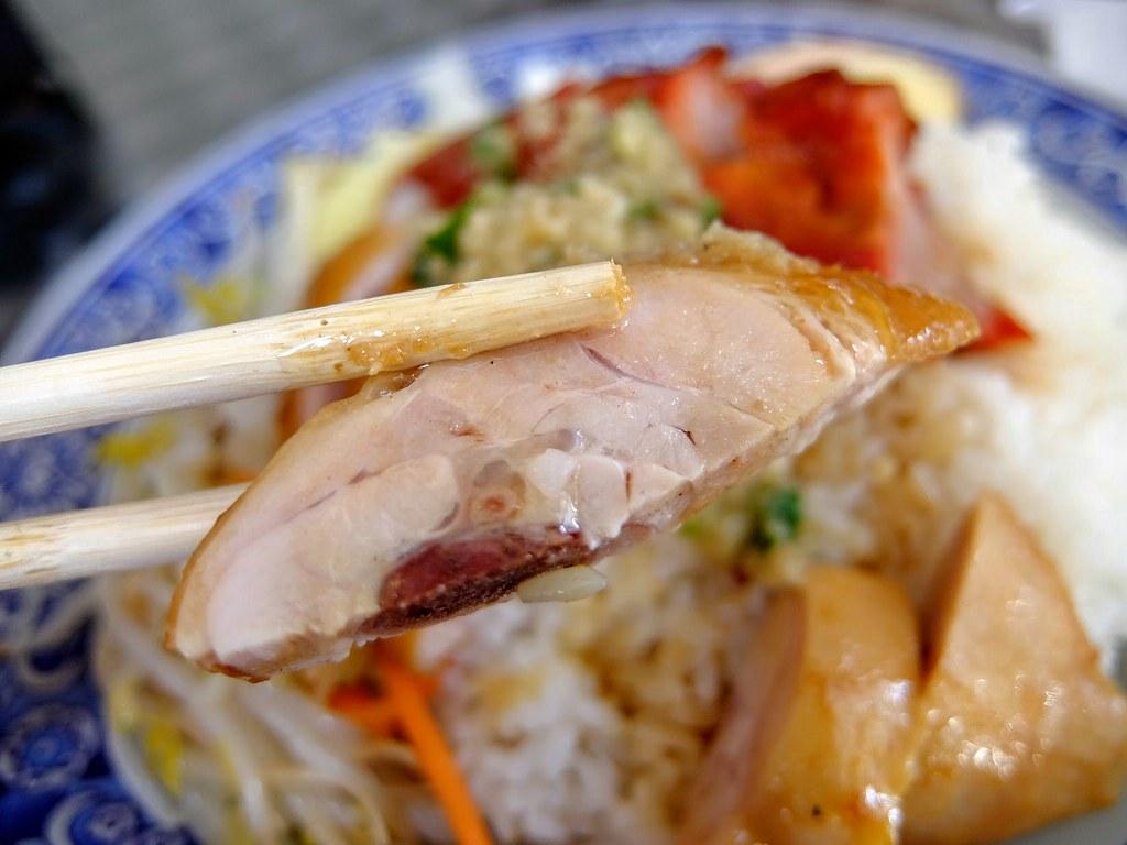 油雞肉質軟又不柴,搭配旁邊鹹鹹的配料頗下飯的..給的油雞肉頗多的...