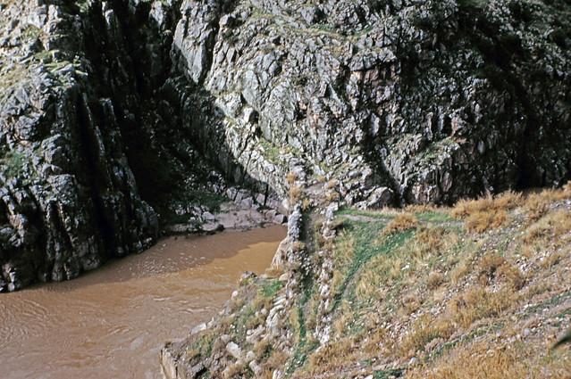 Río Tajo en Toledo, junto al cerro de la Cabeza, entre octubre y noviembre de 1960. Fotografías de Joseph Jacobson y Maria del Carmen Rivero Hernández .