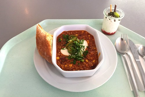 Chili con carne with japalenos, sour cream & baguette / Chili con Carne mit Jalapenos, Sauerrahm & Baguette
