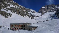 Schronisko Refuge du Chatelleret 2225m i szczyt La Meije 3987m od południa. W oddali ledwo widoczne schr. Refuge du Promontoire.