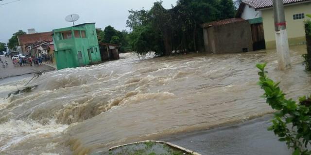 Tremedal: Após açude sangrar, ponte cai e casas são interditadas, cidade está em estado de alerta. Veja Vídeo