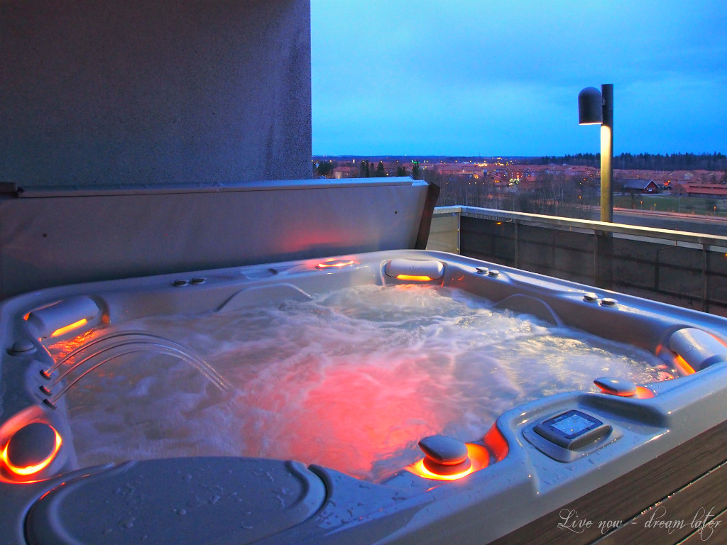 This outdoor jacuzzi on the 8. floor terrace of Airport Hotel Bonus Inn was sooo relaxing!
