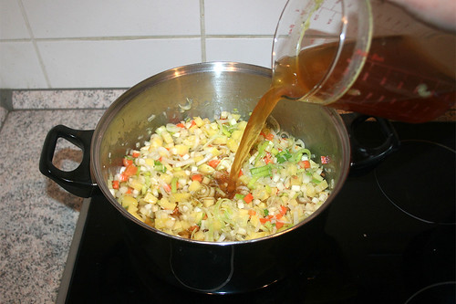 28 - Mit Fleischbrühe ablöschen / Deglaze with meat broth